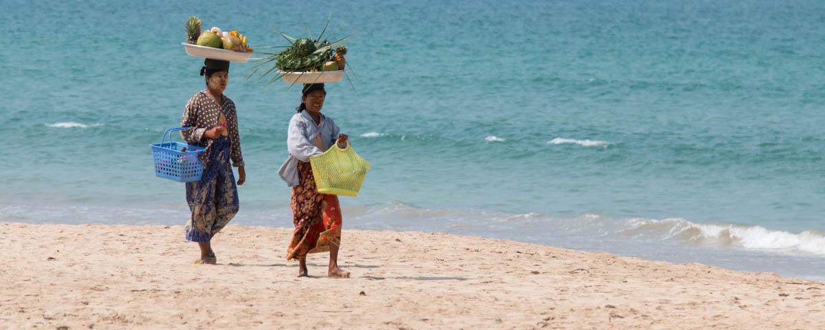 Ngapali-Beach_-_Vendors-at-the-Beach