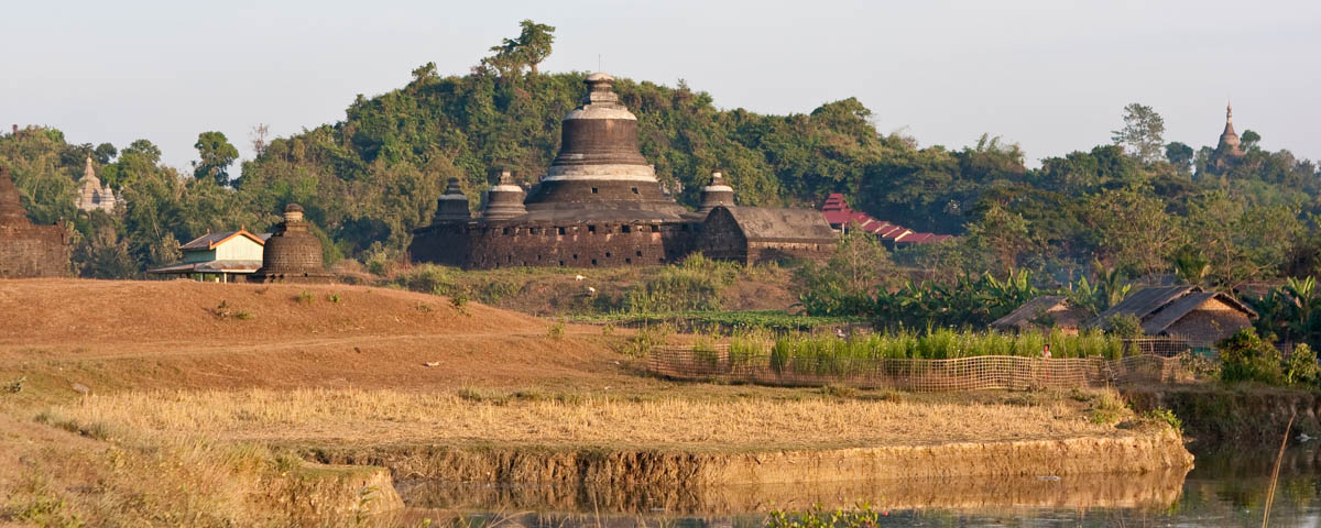 Myanmar-Mrauk U-Ttuk_Kam_Thein_Lake_near_the_Temple